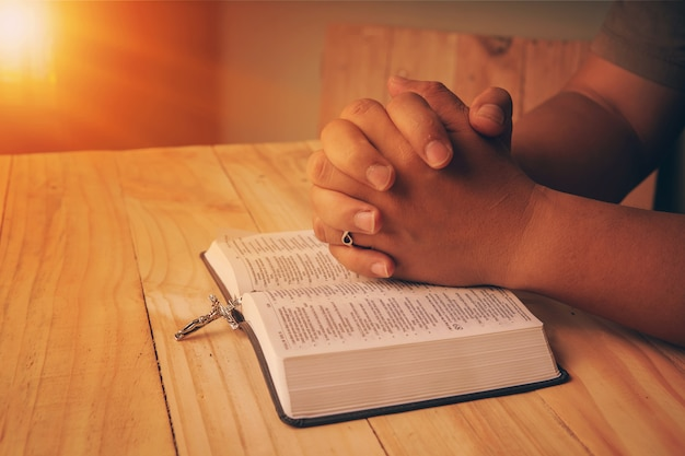 Mão cristã enquanto orava e adora a religião cristã