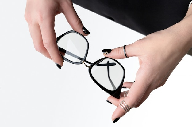 Mão da mulher bonita com manicure elegante. design de unhas preto mínimo.