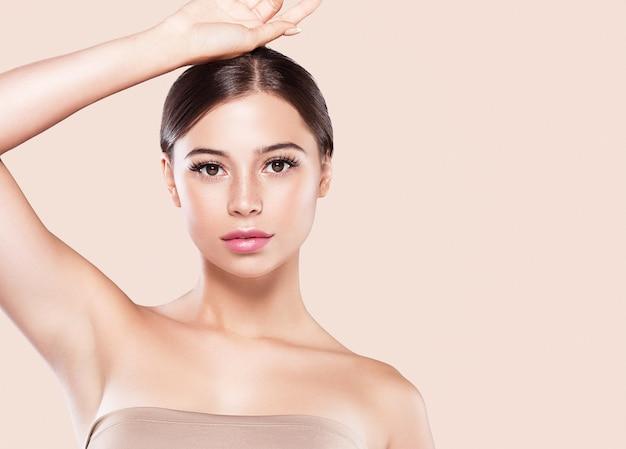 Mão da mulher do conceito de depilação da pele saudável da mulher da axila. fundo de cor. tiro do estúdio.