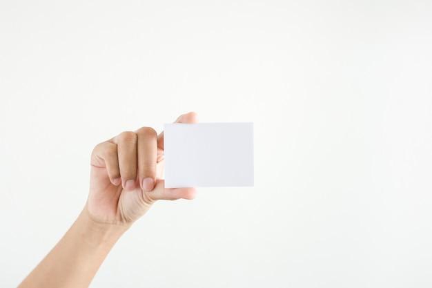 Mão da mulher mostrando o papel branco no fundo branco.