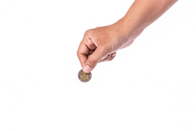 Mão da mulher que guarda a moeda tailandesa (baht).