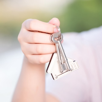Mão da mulher que guarda a tecla home. conceito para negócios imobiliários.
