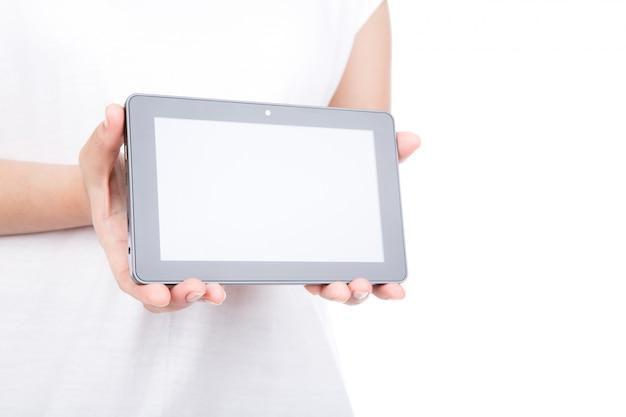 Mão da mulher usando um dispositivo de ecrã táctil contra um fundo branco