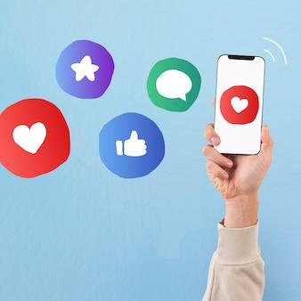 Mão da tela do smartphone com ícones de mídia social