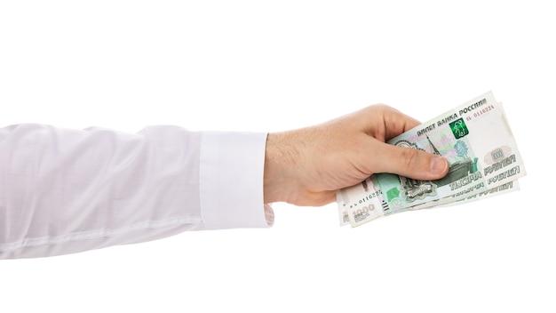 Mão dando três mil rublos, isolado no fundo branco