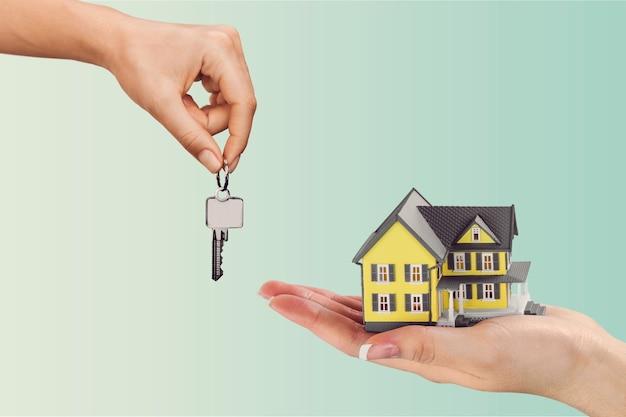 Mão dando um conjunto de chaves de casa