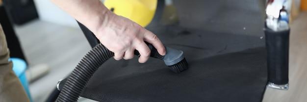 Mão de adulto segurando tubo