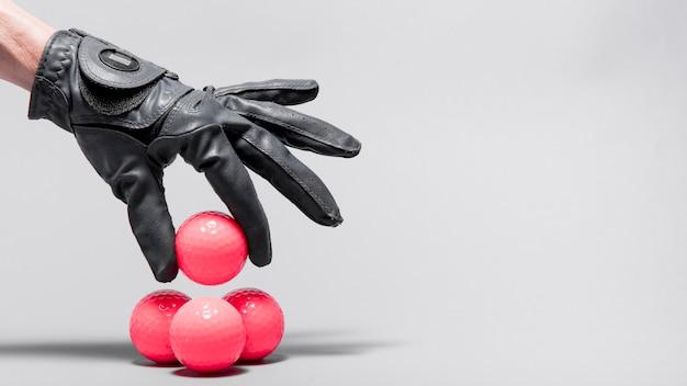 Mão de alto ângulo, organizando bolas de golfe