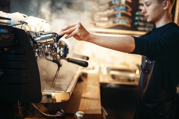 Mão de barista serve bebida da máquina de café