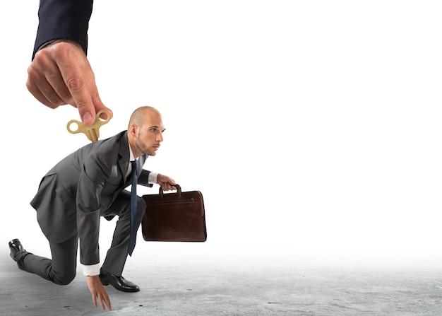Mão de cima dando a carga para um empresário pronto para ir.