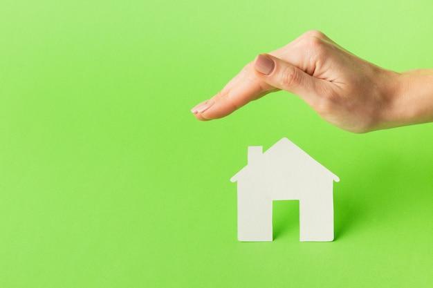 Mão de close-up com o conceito de figura em casa