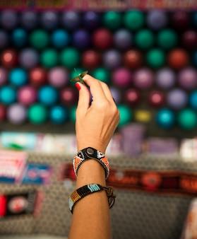 Mão de close-up com pequena seta
