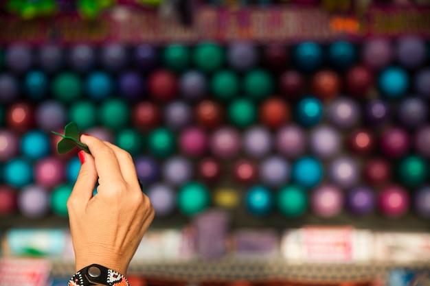 Mão de close-up da mulher segurando a seta