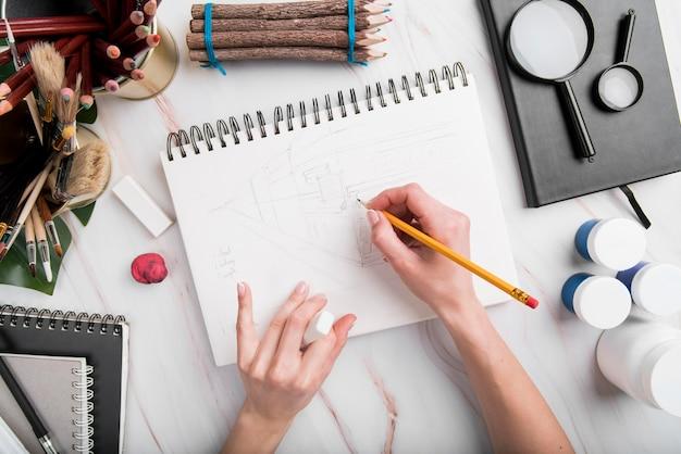 Mão de close-up de desenho em papel