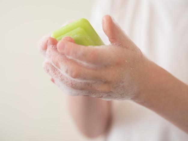 Mão de close-up de lavar com sabão