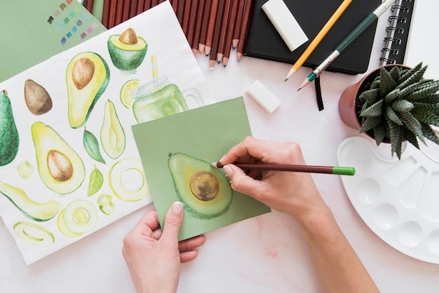 Mão de close-up desenho de frutas