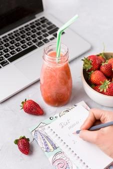 Mão de close-up, escrevendo o menu de dieta
