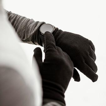 Mão de close-up usando relógio