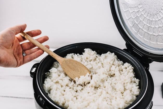 Mão de colheita colhendo arroz do vapor