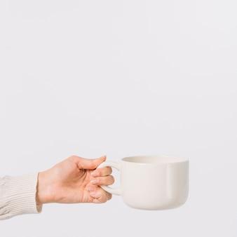 Mão de colheita com bebida quente