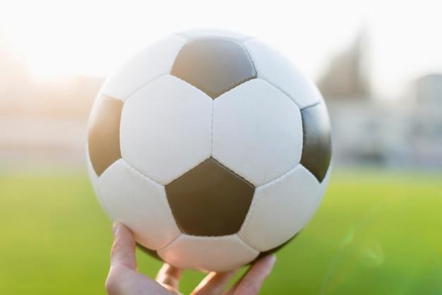 Mão de colheita com bola de futebol