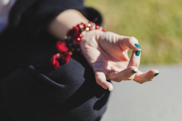 Mão de colheita de mulher meditando