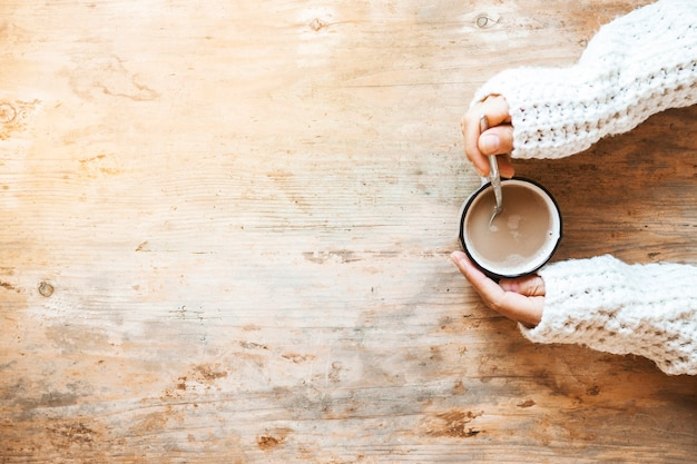 Mão de colheita misturando café com colher