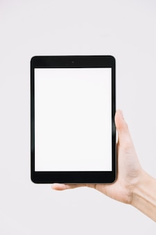 Mão de colheita segurando o tablet em branco