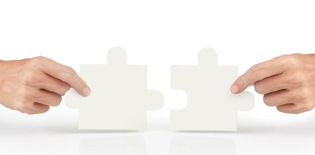 Mão de conectar o quebra-cabeça, conceito de trabalho em equipe.