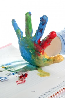 Mão de crianças colorido pintado sobre branco