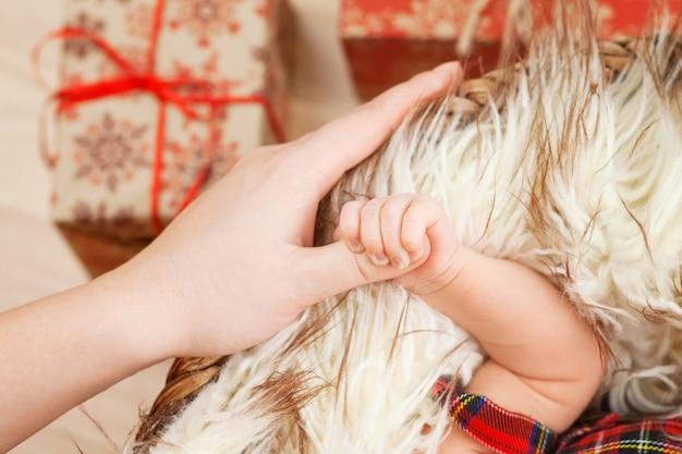 Mão de crianças recém-nascidas na mão da mãe. mãe e filha