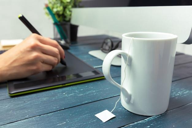 Mão de designer gráfico, trabalhando com stilus e tablet