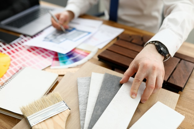 Mão de designer masculino segurar caneta prata contra a tendência da paleta de cores