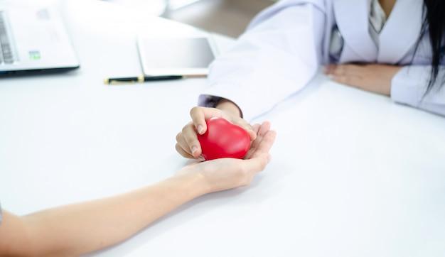 Mão, de, doutor, dê coração, para, pessoas, mão