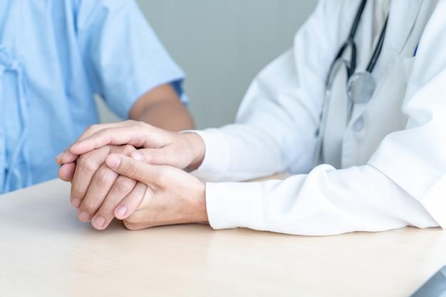 Mão, de, doutor feminino, segurando, dela, sênior, paciente