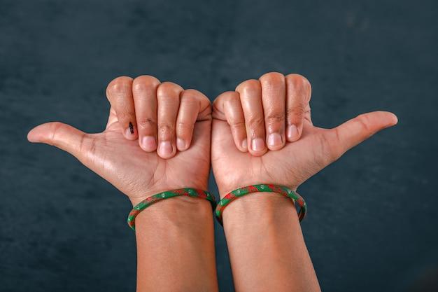 Mão de eleitor indiano com sinal de voto