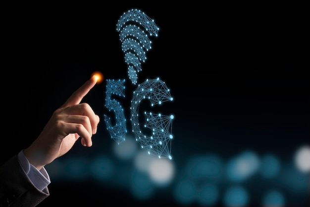 Mão de empresário apontando azul 5g e infográfico de sinal com fundo preto e bokeh. 5 tecnologia sem fio de geração de sinal móvel que grande mudança para internet das coisas.