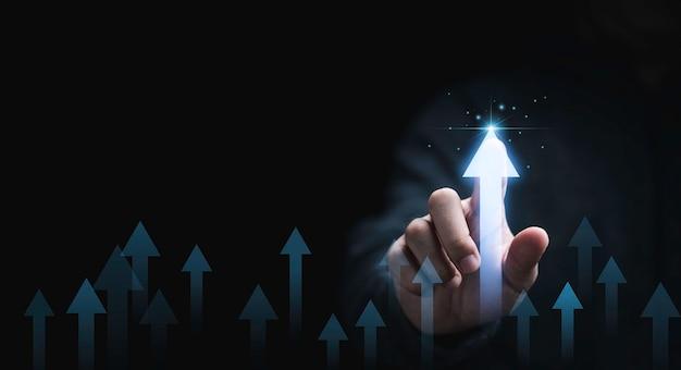 Mão de empresário apontando para aumentar a seta com porcentagem para o crescimento do desenvolvimento do lucro empresarial ao conceito de sucesso.