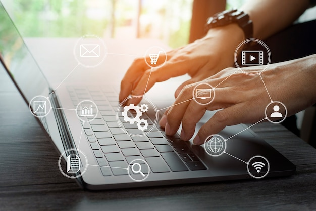 Mão de empresário closeup trabalhando mídia de marketing digital em tela virtual com laptop de computador