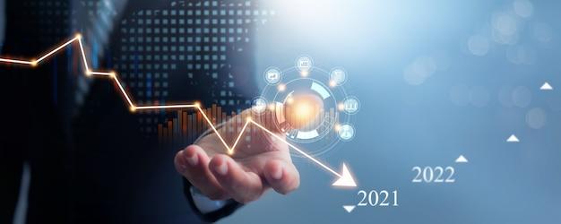 Mão de empresário de terno segura e sustenta a desaceleração econômica em 2021