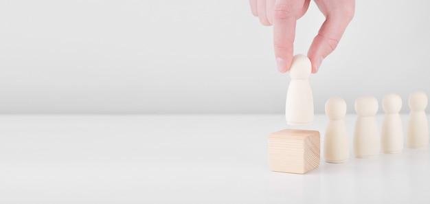 Mão de empresário líder de equipe bem-sucedida escolhe pessoas que se destacam