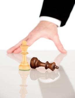 Mão de empresário, movendo o rei para ganhar