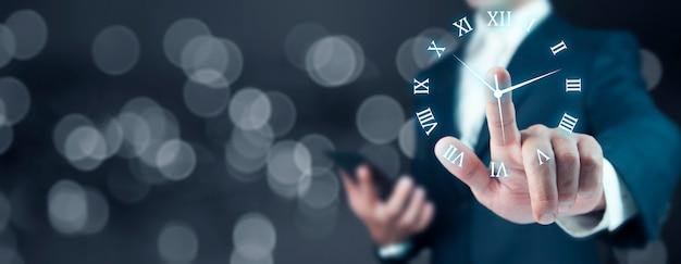Mão de empresário pressiona o ícone do botão do relógio
