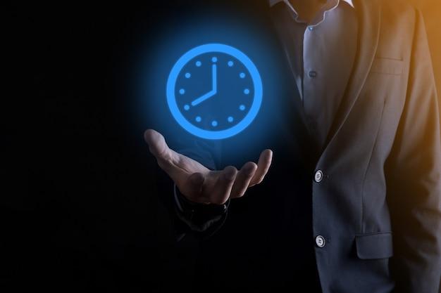 Mão de empresário segura o ícone do relógio de horas com seta. execução rápida do trabalho. gerenciamento do tempo de negócios e tempo de negócios são conceitos de dinheiro.