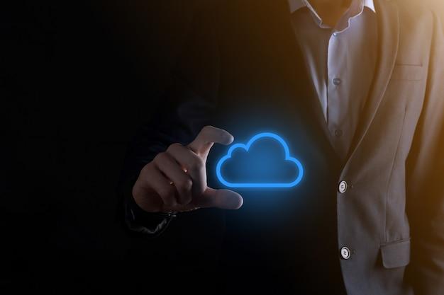 Mão de empresário segurando computação em nuvem holográfica