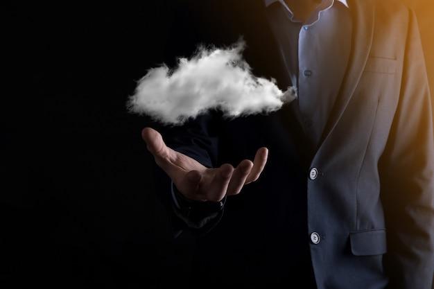 Mão de empresário segurando nuvem.