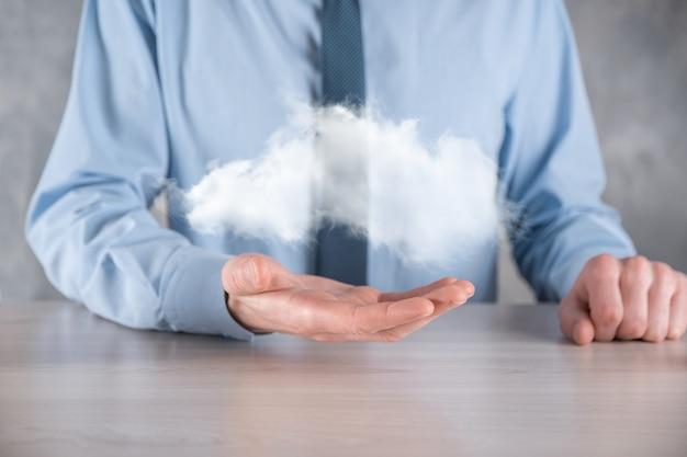 Mão de empresário segurando nuvem