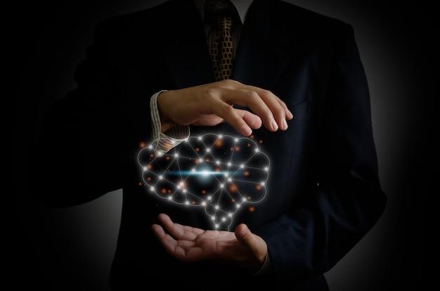 Mão de empresário segurando o cérebro na palma da mão