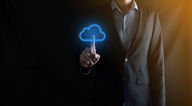Mão de empresário segurando o conceito de computação em nuvem na palma da mão. armazenamento de dados de backup internet, rede e digital, compartilhamento global e tecnologia, conceito.