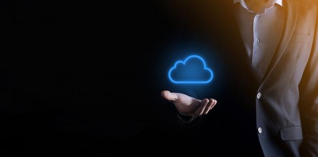 Mão de empresário segurando o conceito de computação em nuvem na palma da mão.